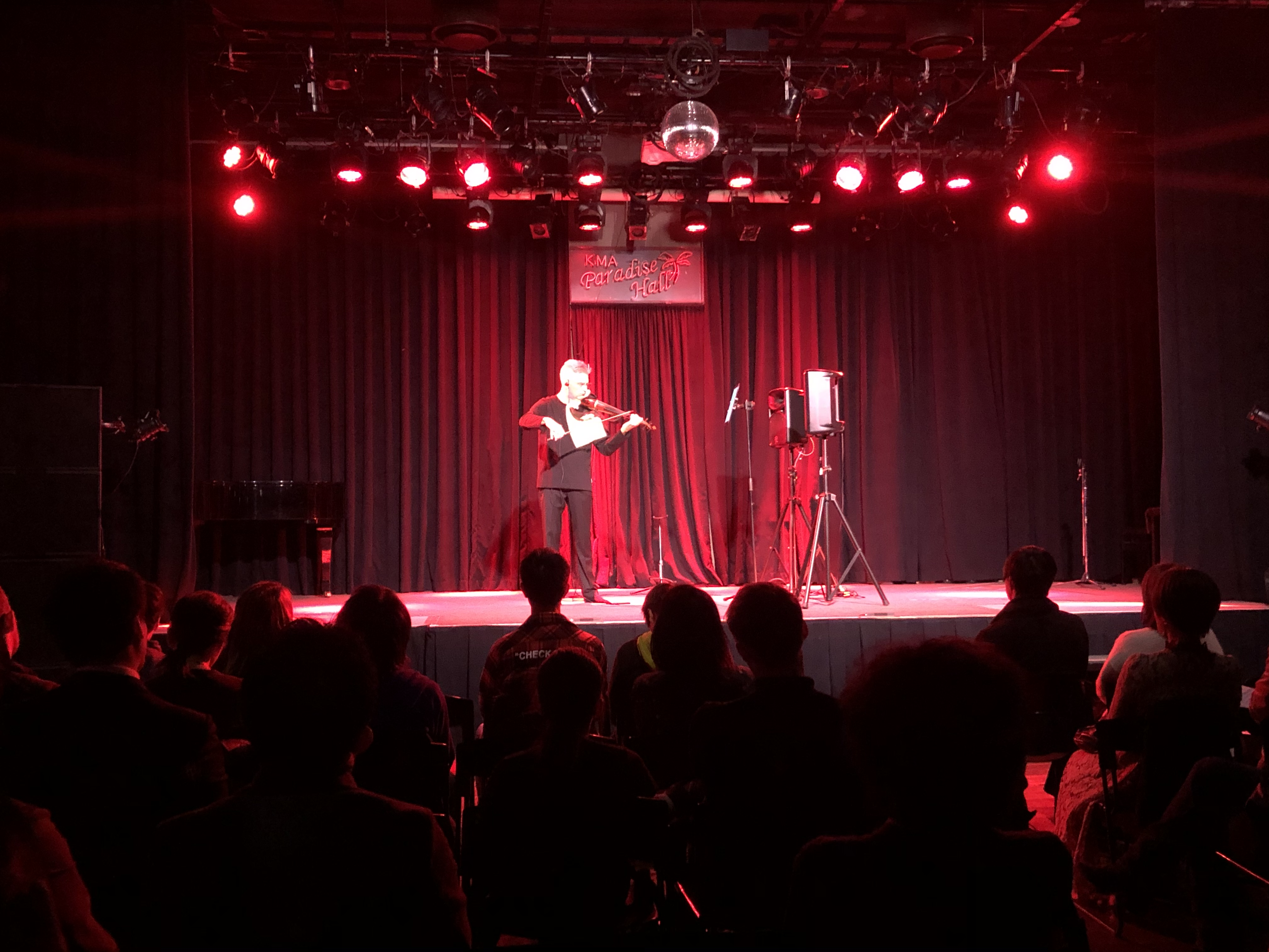 ステージ上のNicによるエレキビオラ演奏を、マニピュレーターのJohnがサウンドデザイン。